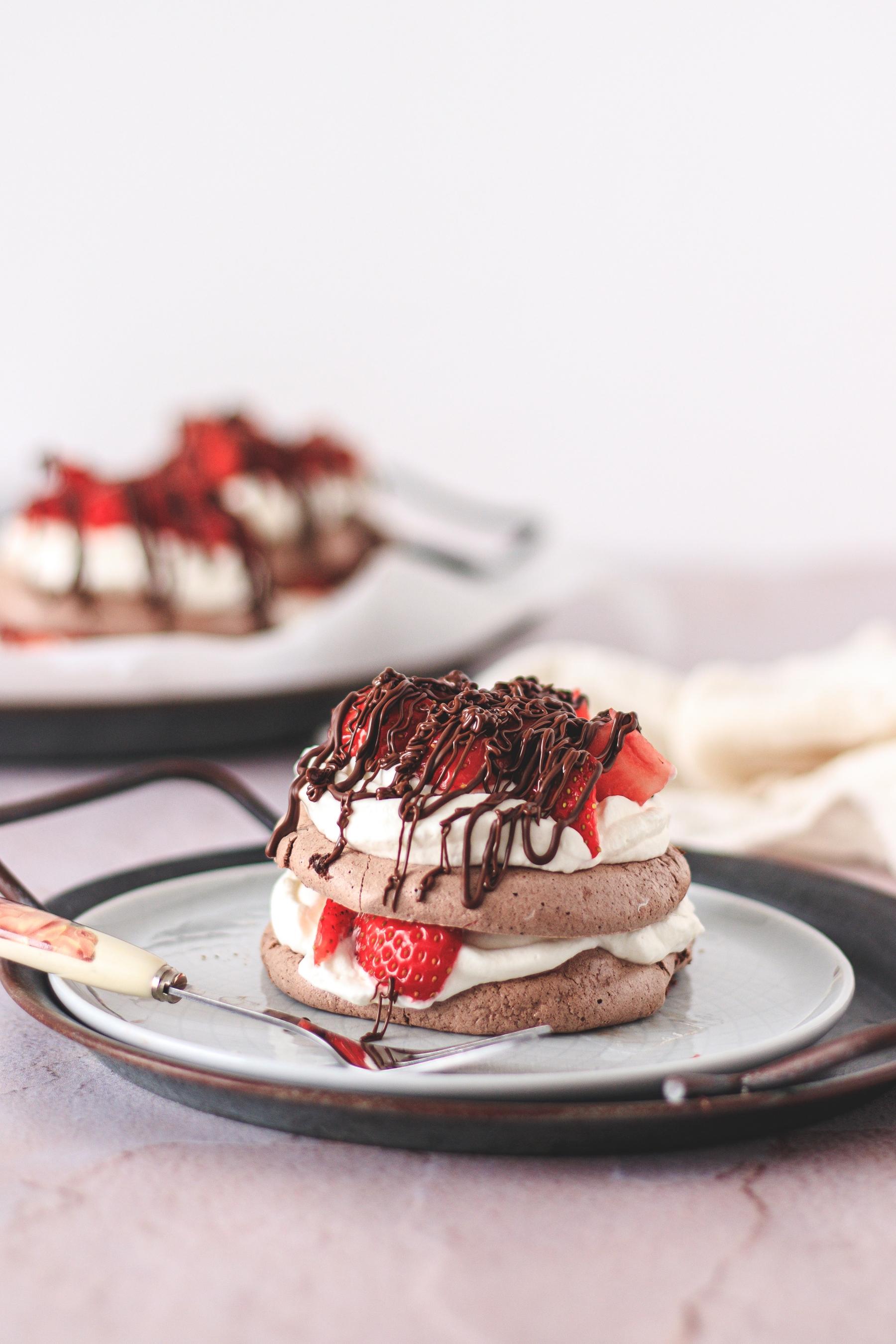 čokoladne pavlove tortice s jagodama