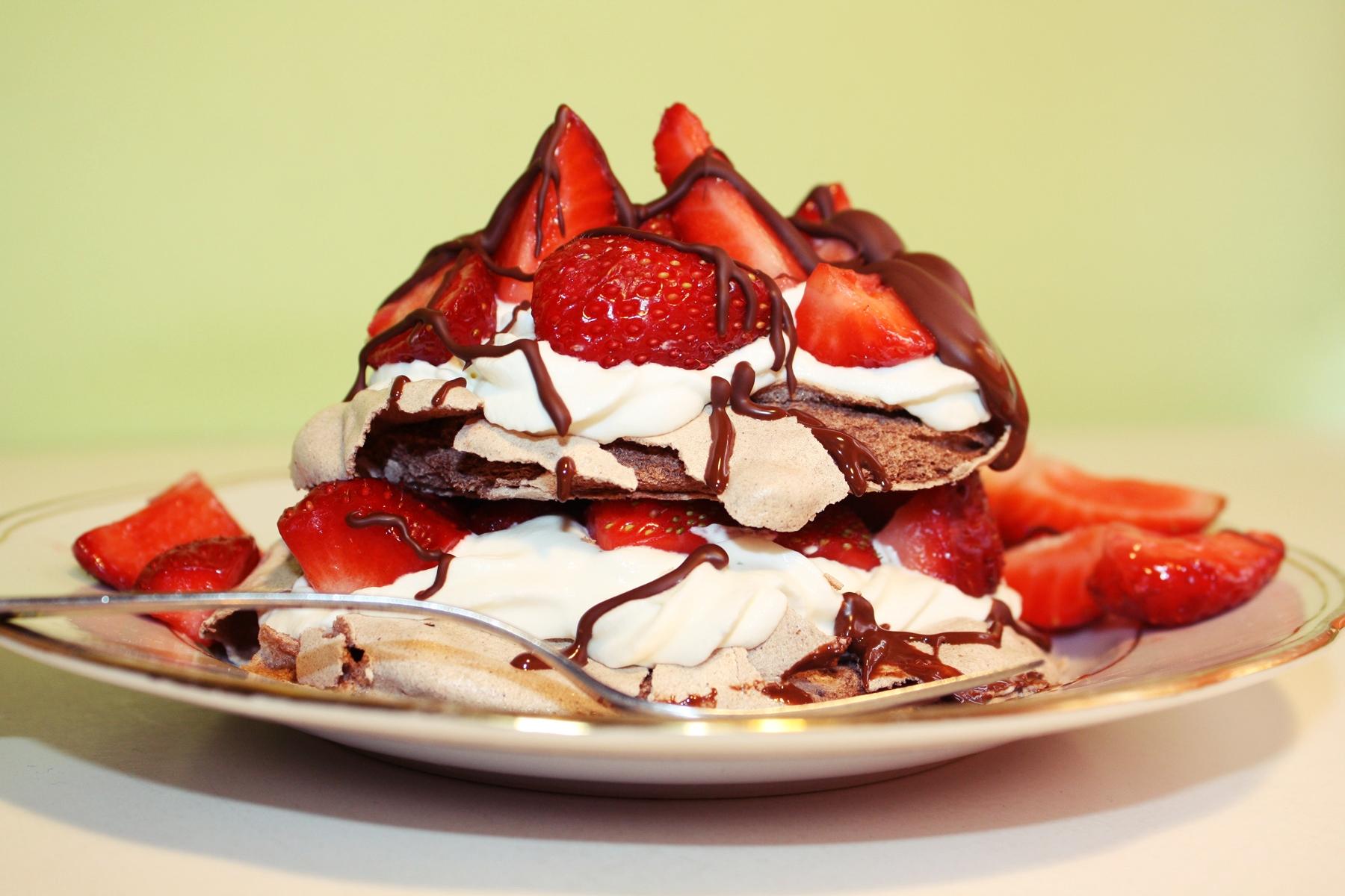mini-pavlova-with-strawberries_w2